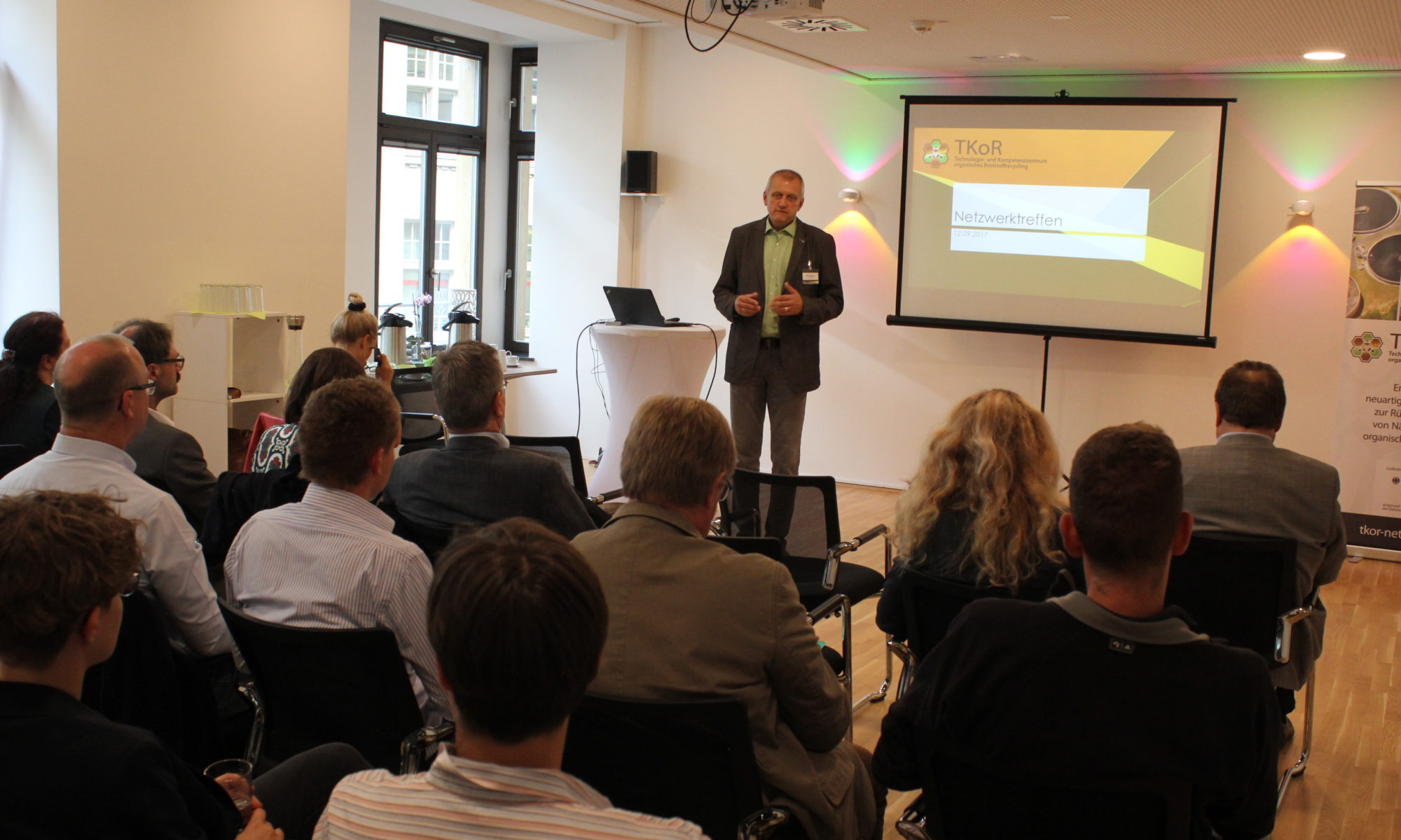 Gerd Neudert, Bevollmächtigter der Geschäftsführung der evermind GmbH, begrüßt die Teilnehmer des Netzwerktreffens.